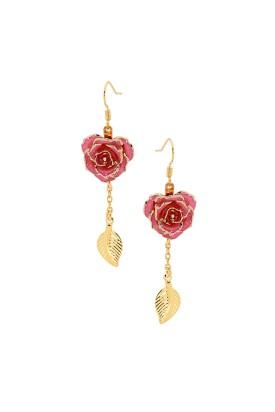 Boucles d'oreilles pétales de rose roses. Style de feuille