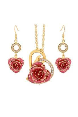 Rose trempée d'or avec ensemble de bijoux roses. Style coeur