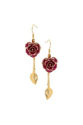 Boucles d'oreilles pétales de rose violettes. Style de feuille