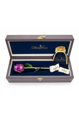 Rose violette émaillée et bijoux. Style de feuille