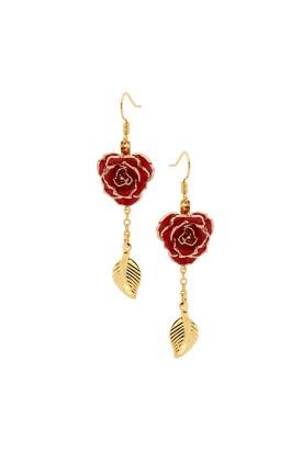 Boucles d'oreilles pétales de rose rouges. Style de feuille